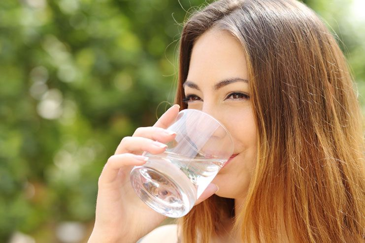 Drinking water on an empty stomach cleanses the colon