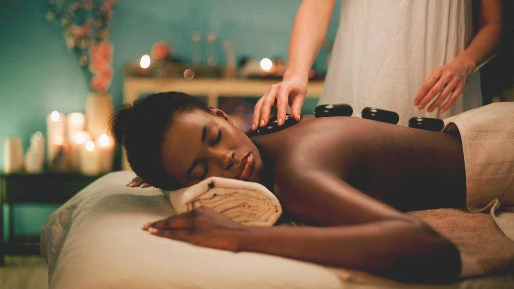 8 Benefits of Hot Stone Massage Therapy